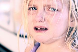 Foto D. Sharon Pruitt_Crying_child_with_blonde_hair